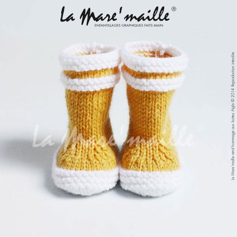 d4df77f5793a4 Ces chaussons bébé laine façon bottes de pluie en laine jaune La  Mare maille sont un hommage aux bottes de pluie Lolly Pop de la marque  Aigle.