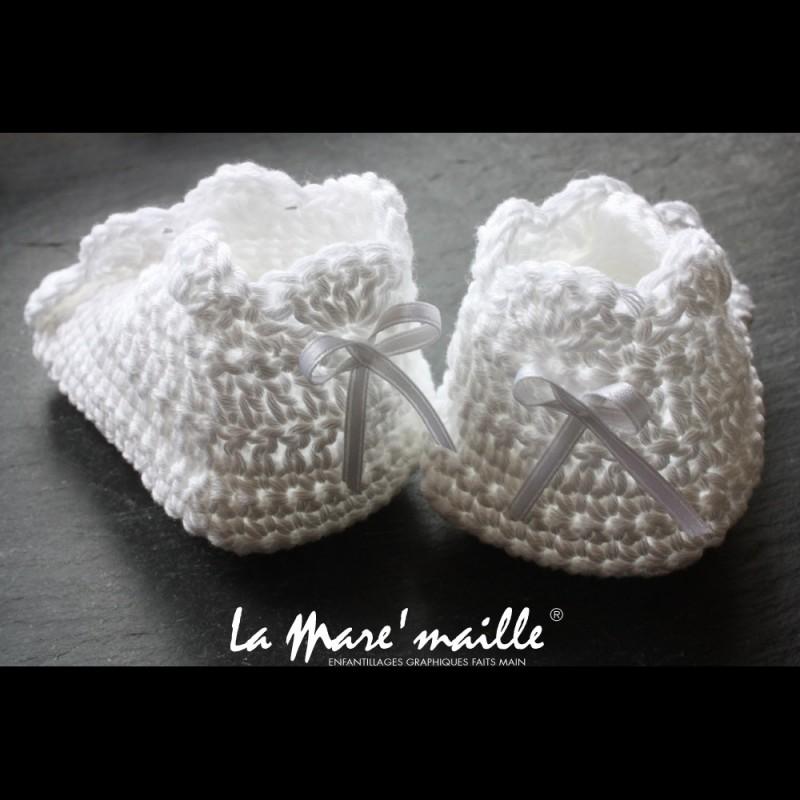 8191159170b9b Chaussons bébé coton blanc crochetés à la main. Ces chaussons allient la  modernité de la forme et le raffinement de la technique du crochet.