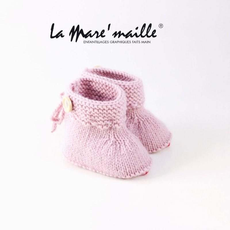 e9ac8f8124a1b Chaussons bébé fille laine rose avec bouton bois tricot main en France